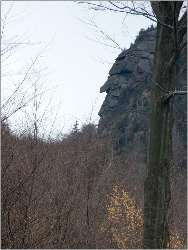 Mohutný převis Nosu nejde z údolí přehlédnout